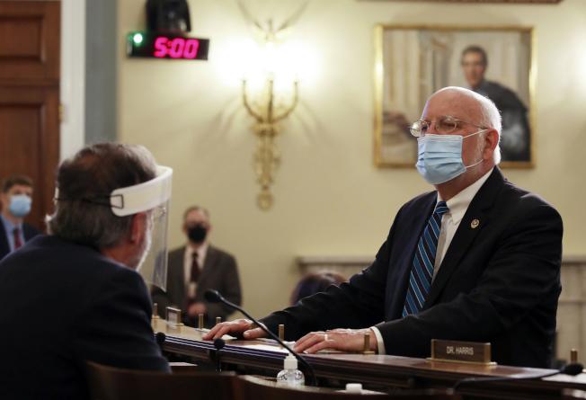 聯邦疾病防治中心(CDC)主任芮斐德(右)4日出席國會小組聽證會,警告疫情在秋天和冬天可能伴隨流感侵襲全美,籲民眾勿掉以輕心。(美聯社)