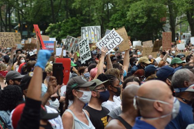 上萬名示威者手持自製標語、高喊平等口號。(記者顏潔恩/攝影)