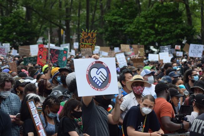 上萬名示威者手持自製標語、高喊呼籲平等口號。(記者顏潔恩/攝影)