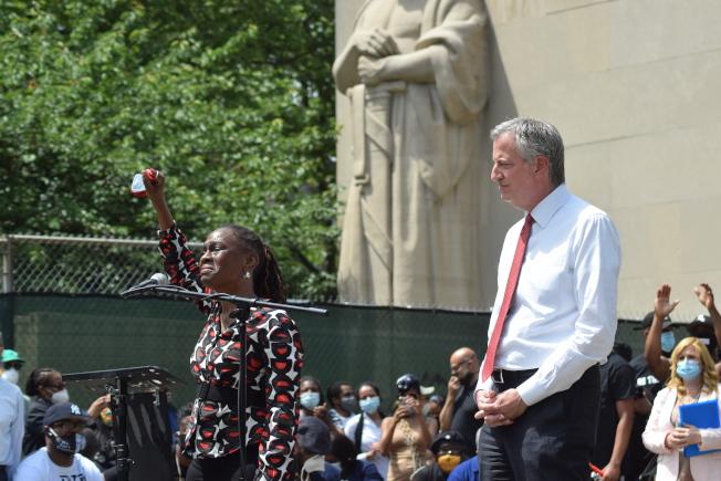 市長白思豪(右)與第一夫人麥克蕾(左)致詞。(記者顏潔恩/攝影)