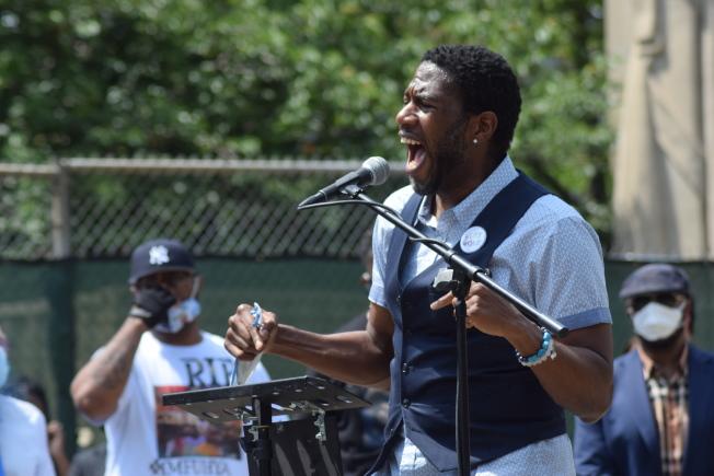 威廉姆斯激動發言呼籲大眾繼續示威和遊行,直到族裔平等的目的達成。(記者顏潔恩/攝影)