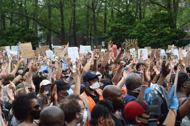 •上萬名示威者手持自製標語、高喊平等口號。(記者顏潔恩╱攝影)