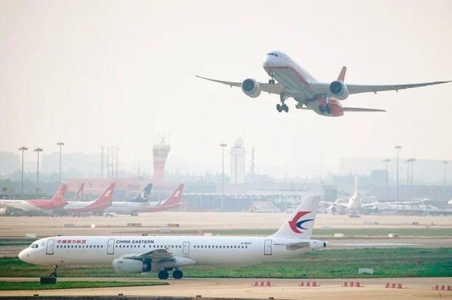 美國政府3日宣布將從16日起禁止中國航空公司客機進出美國,中國4日讓步,放鬆航線管制,為美國航空公司航班進入中國開綠燈。(路透)