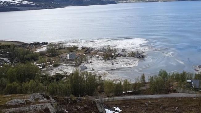 挪威北部阿爾塔市近郊海岸3日發生土地崩塌,當地居民貝克比指事發當時就覺得有點不太對勁,趕緊冒雨從木屋逃往高地,才得以拍下整個驚悚的過程。美聯/Jan Egil Bakkeby