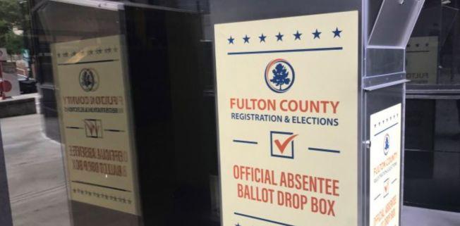 喬州初選在即,然仍有數以千計的選民尚未收到缺席選票。圖為富頓郡一處的缺席選票投遞箱。(Johns Creek Progressives臉書)