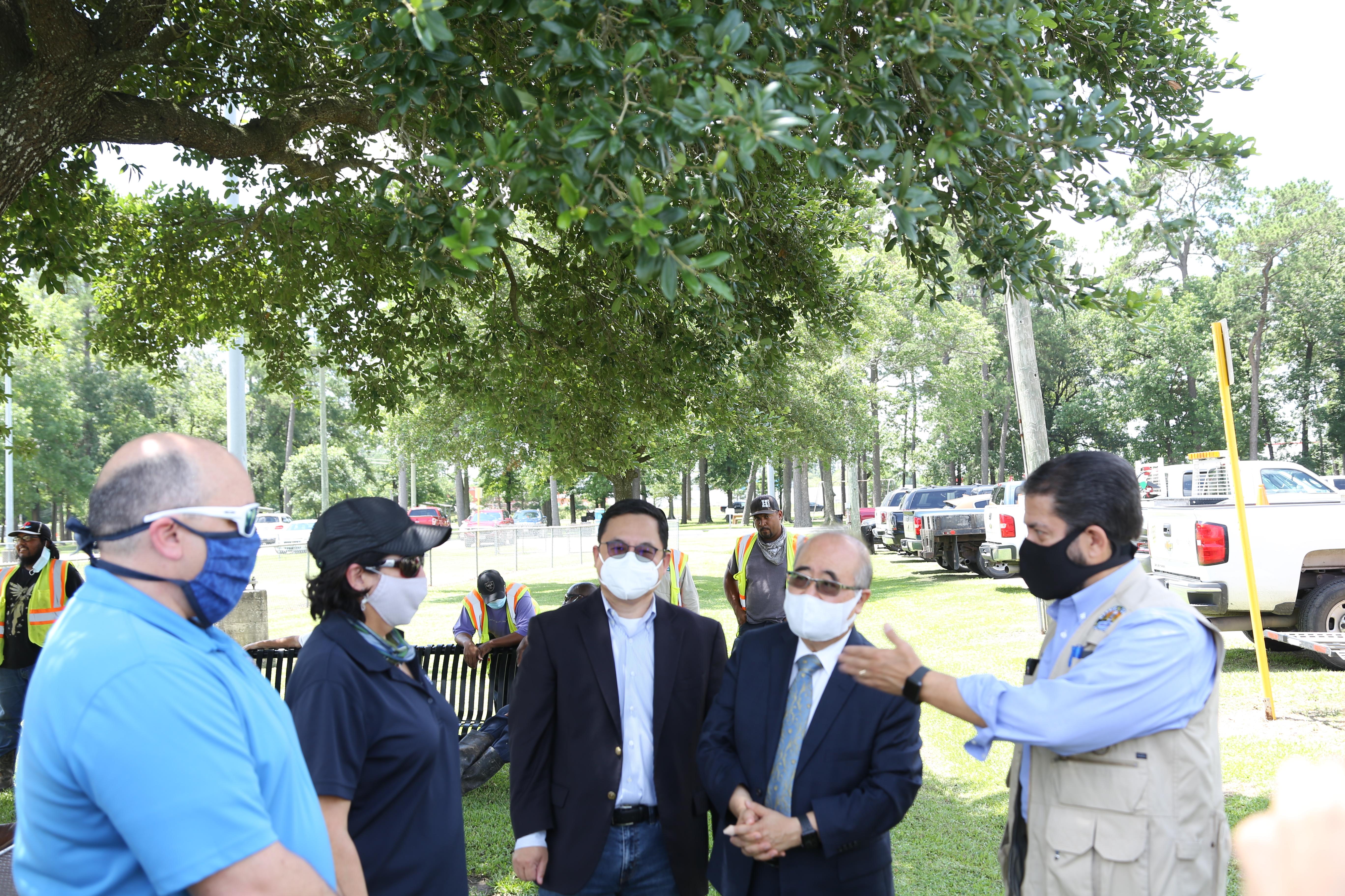 Adrian Garcia(右一)親切地向李雄(右二起)、喻斌介紹該局的工作人員。