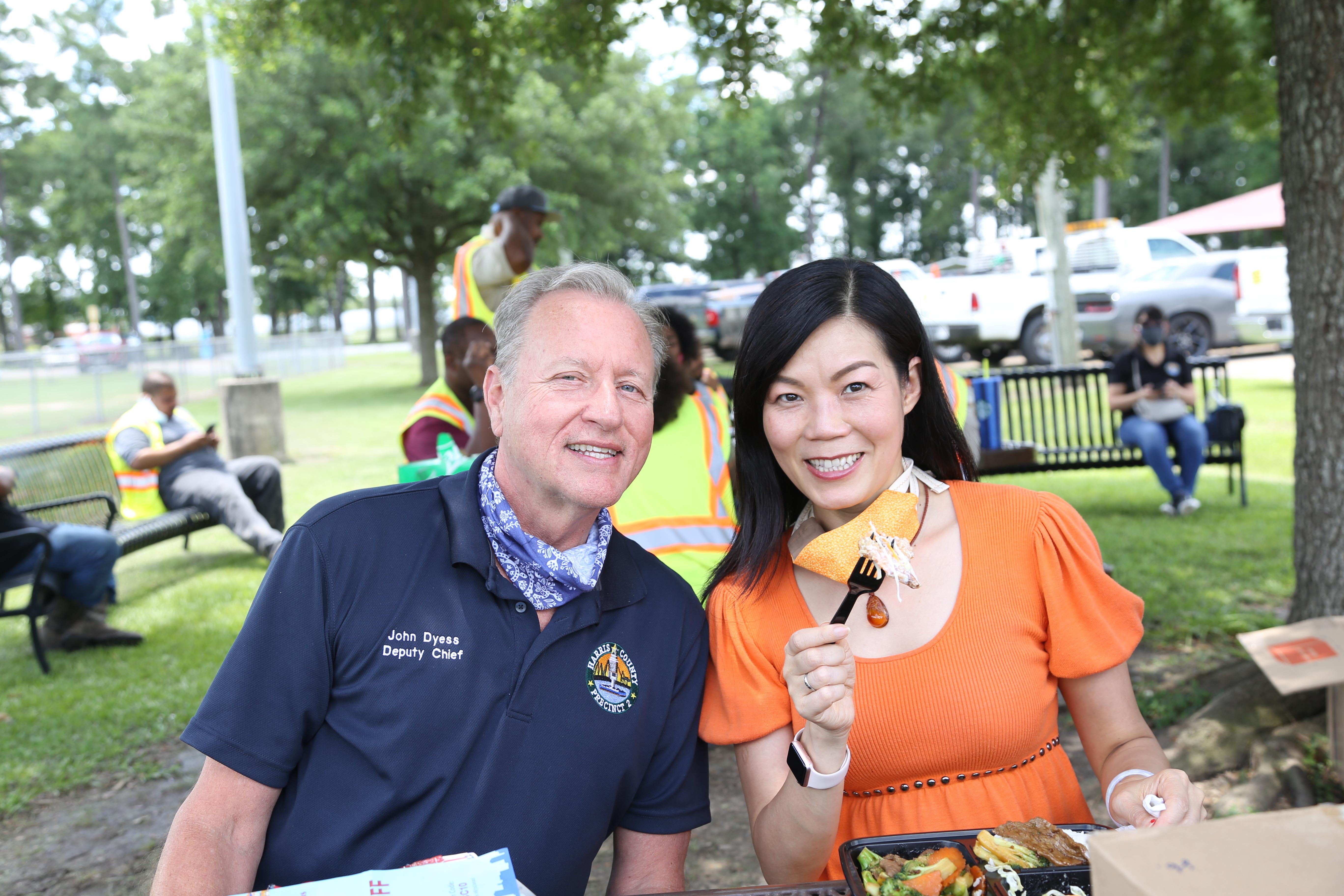 送餐活動總幹事陳宇雯(圖右)與工務局副局長John Dyess(圖左)合影。