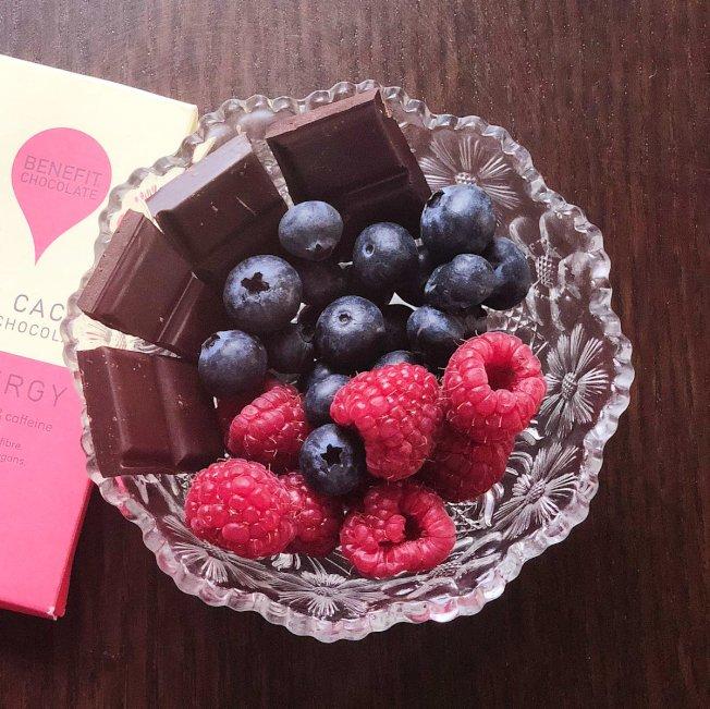 黑巧克力和漿果有助提振精神,改善心情。(取自推特)