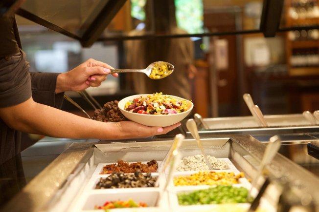 新冠肺炎疫情後,超市和餐廳的沙拉吧恐將從此消失。(取自推特)