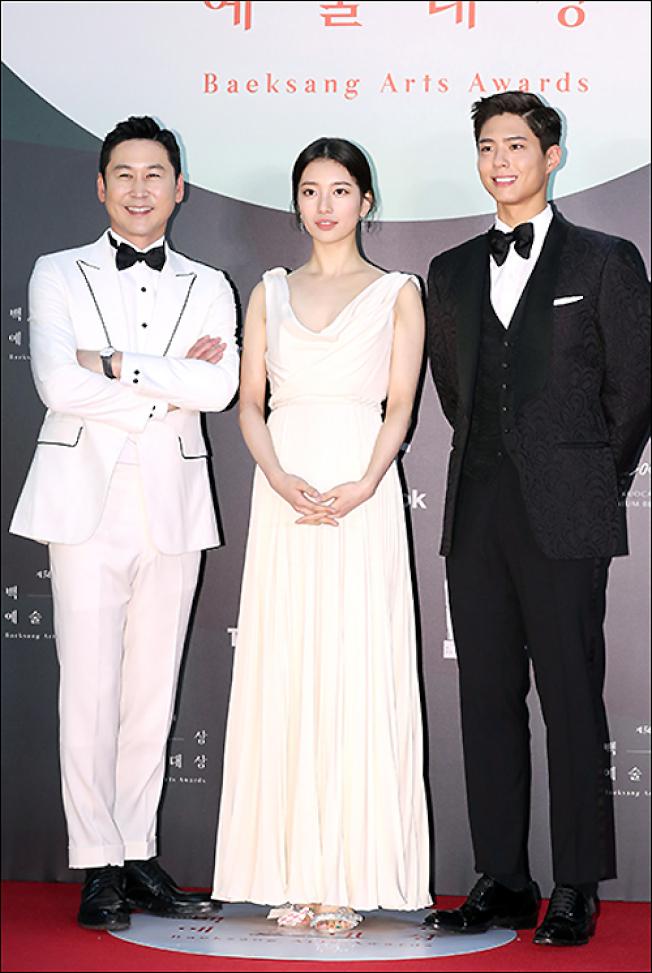朴寶劍(右起)、秀智、申東燁聯手頒獎。(取材自日刊體育)