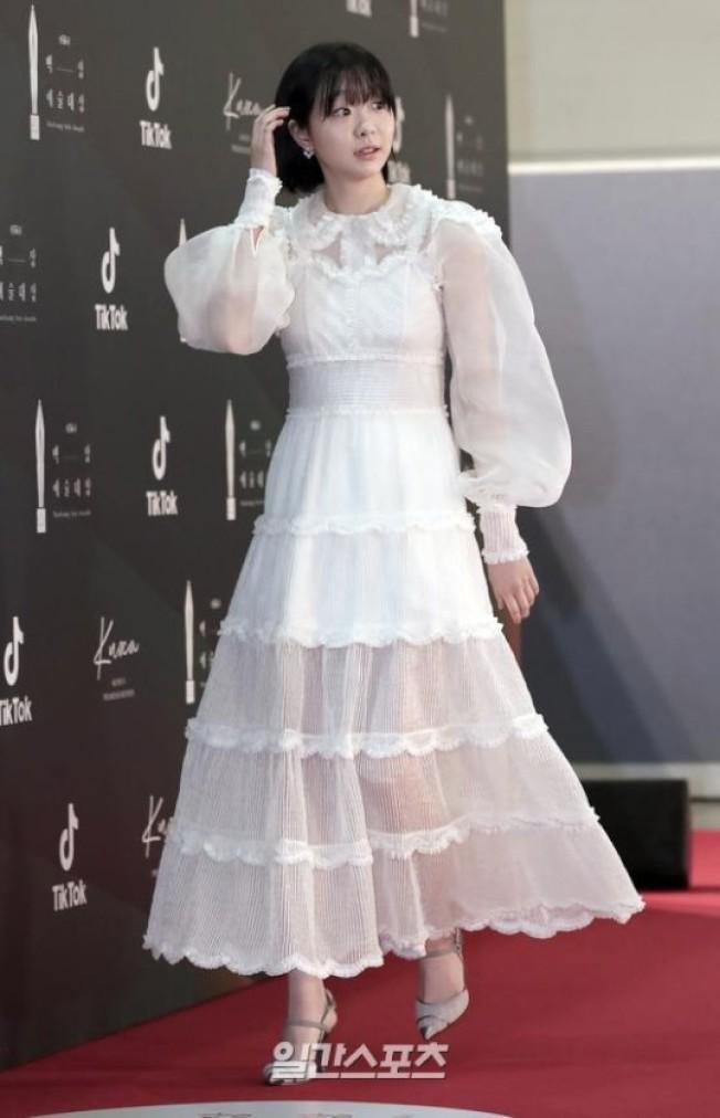 金多美穿白色薄紗蛋糕裙。(取材自日刊體育)