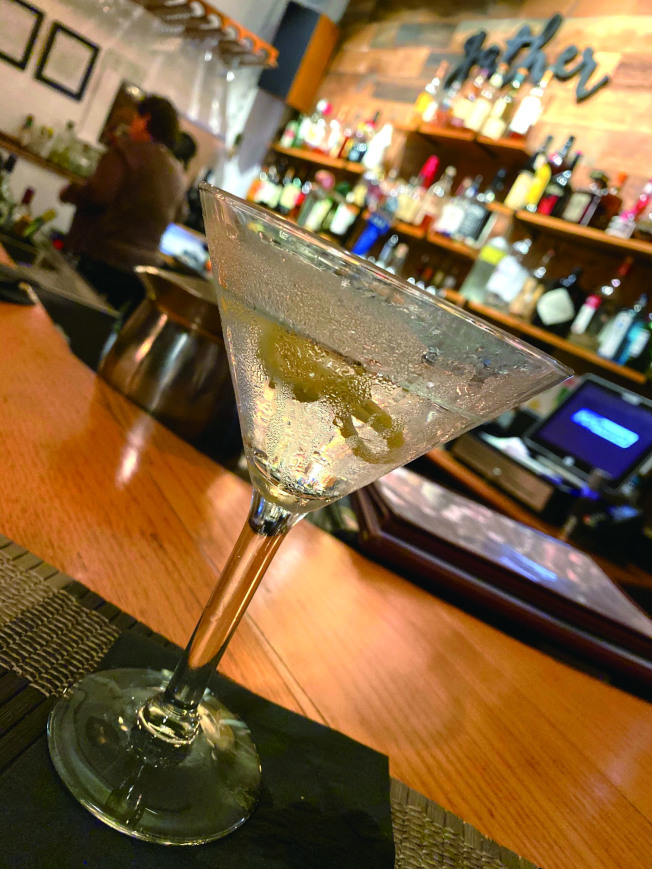 在哈利的吧台,從一杯酒開始,故事多得一夜也說不完。(盧秋瑩.圖片提供)