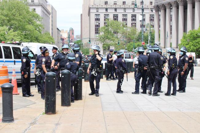 宵禁執法加強,市警一夜逮捕240人。(記者張晨/攝影)