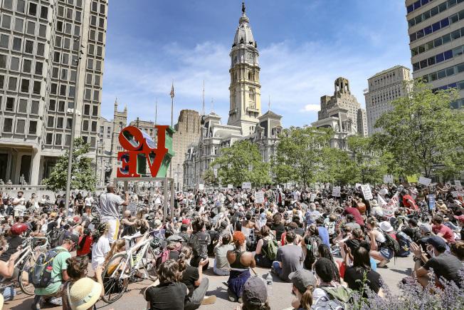 圖為民眾周四在市府前集會抗議。(美聯社)