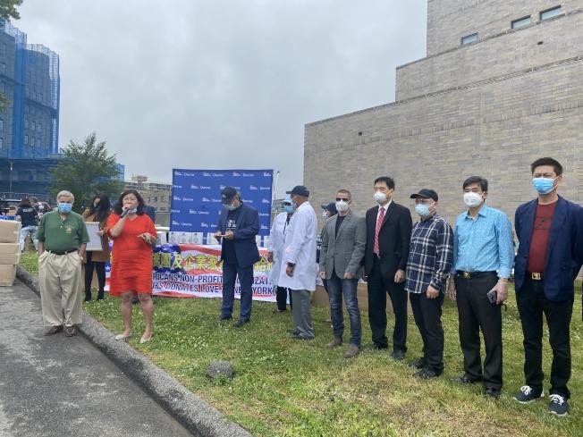 孟昭文(講話者)提醒民眾疫情尚未結束,仍需注意防護,並感謝華裔善心人士的捐贈。(記者牟蘭/攝影)