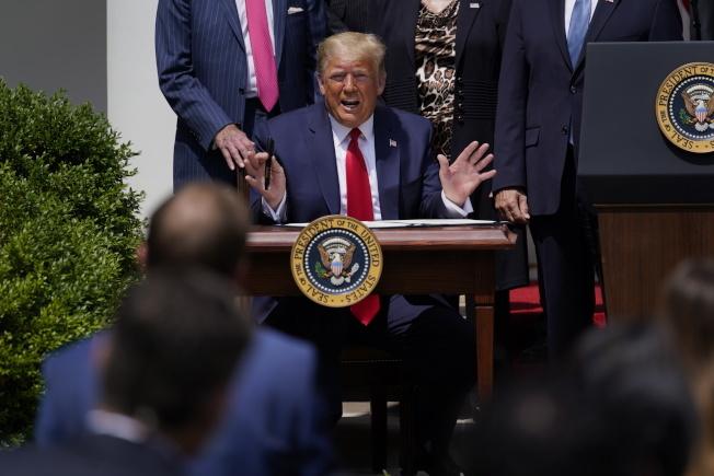 川普5日上午在白宮召開記者會。(美聯社)