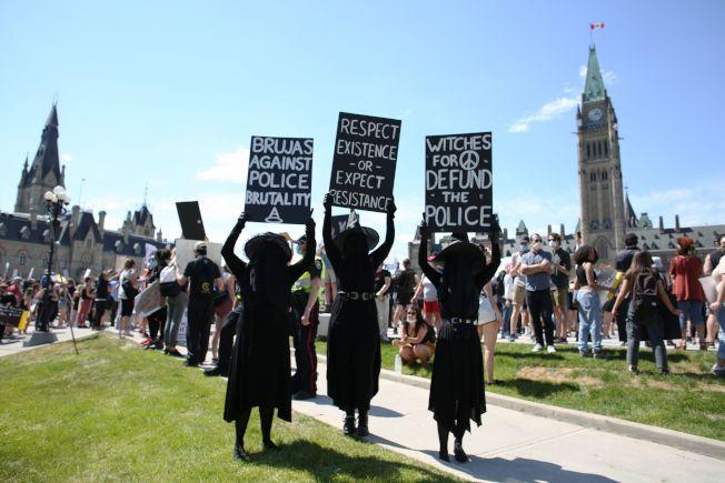 加拿大渥太華國會山莊前的「反種族主義」示威活動。(Getty Images)