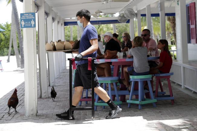 報告指,餐廳服務人員染疫風險高。(美聯社)