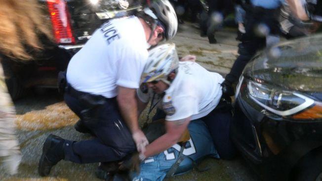 視頻顯示警察用膝蓋將Evan Gorski頭部按倒在地,場面令人不安。(Matthew VanDyke)