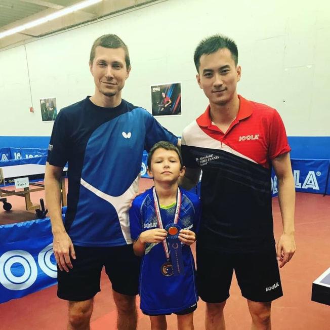 王晴亮(右一)是馬里蘭乒乓球中心《人才培訓項目》的主教練。(圖:王晴亮提供)