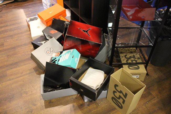 暴徒將鞋盒留下,但殊不知鞋盒對球鞋來說有特殊意義,是保值的一部分。(記者張晨/攝影)
