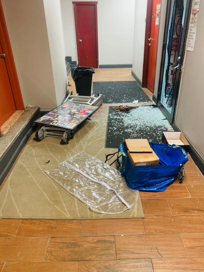 店門的玻璃被打碎。(王宇森提供)
