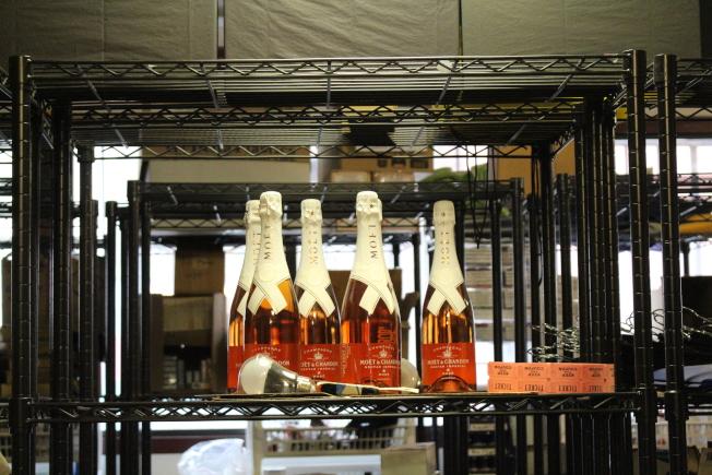 Moet & Chandon x Off-White香檳,暴徒盜走六瓶,每瓶價值400元。(記者張晨/攝影)