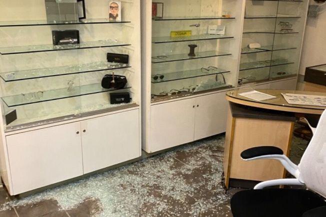 麥凱倫的眼鏡店本周被暴力抗議者洗劫,損失超過90%。(取自網站)