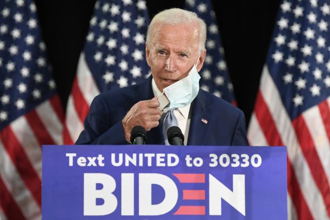 民主黨準總統提名人白登5日在德拉瓦州Dover市出席一場競選造勢活動,在講話前摘下口罩。(美聯社)