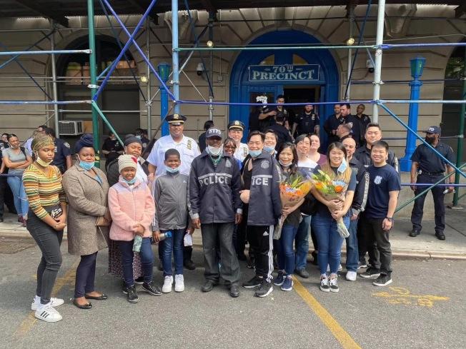 身穿藍色警隊制服的潭家俊和皮爾5日在家人和警員的迎接下出院。(70分局提供)