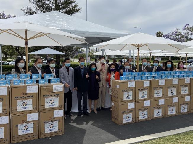 北美洲台灣商會聯合總會集資950萬個口罩,救助療養院及弱勢團體。(記者謝雨珊/攝影)