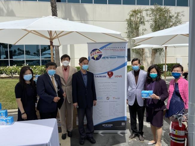 北美洲台灣商會聯合總會集資950萬個口罩。(記者謝雨珊/攝影)