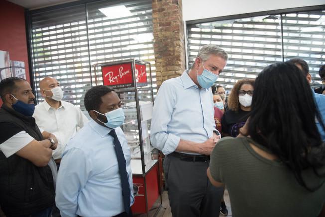 白思豪表示3萬3556個建築工地將重新開工,圖為其走訪遭暴徒破壞的商鋪。(市長辦公室提供)