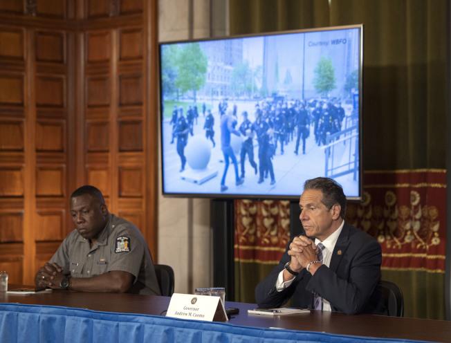 紐約州長葛謨(右)5日呼籲州議會通過「說出他們的名字」改革提案。(州長辦公室提供)