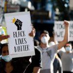 口罩印「警察停止殺人」 遭聯邦截查
