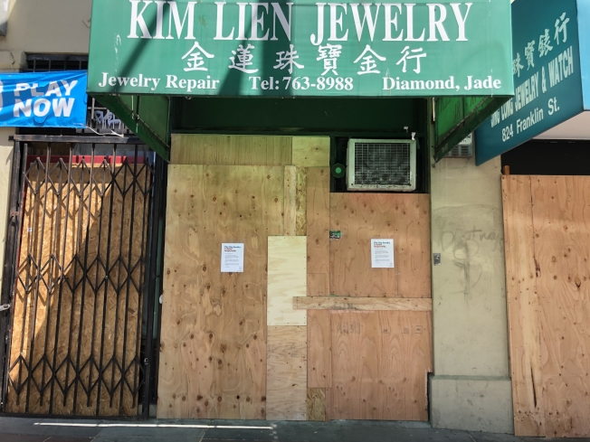 屋崙華埠連日遭洗劫,不少店鋪和機構裝上加固木板。(記者劉先進 /攝影)
