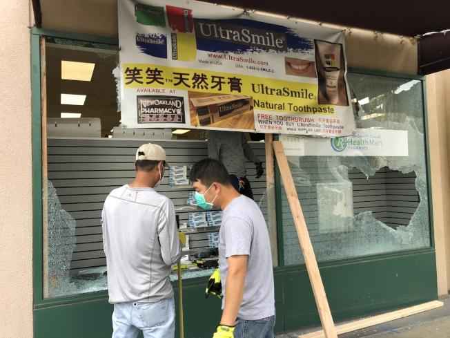 暴力洗劫讓華埠商戶損失慘重,圖為一家被打砸搶的藥店。(記者劉先進 /攝影)