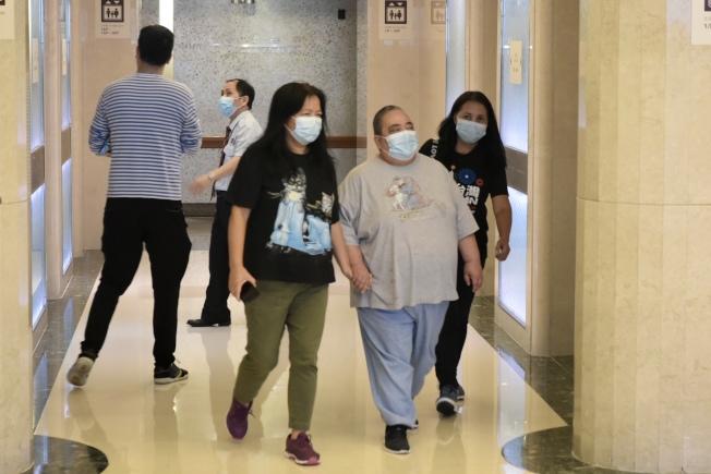 何鴻燊5月26日在養和醫院病逝,長房女兒何超雄(右二)步出醫院。(中通社)