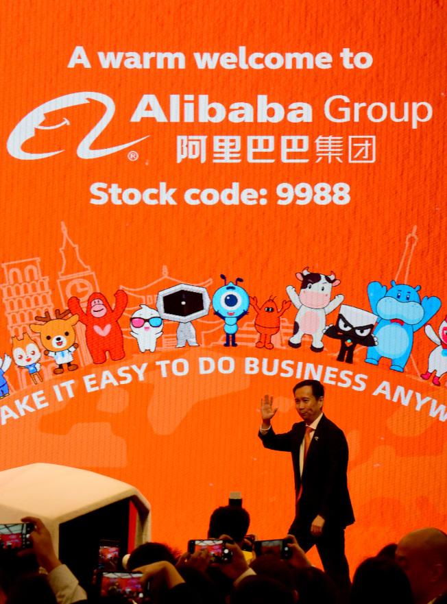 阿里巴巴去年11月底在港交所掛牌上市,成為首個同時在美股和港股兩地上市的中國互聯網公司。(新華社資料照片)