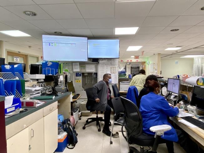 收治非新冠病患的藍區醫務人員正在工作。(記者鄭怡嫣/攝影)