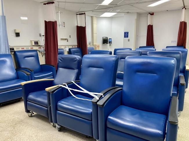 新冠病人區的病座房,基本已無新入院的新冠輕症患者,兩個沙發位中間的沙發用封條封起,讓患者保持社交距離。(記者鄭怡嫣/攝影)