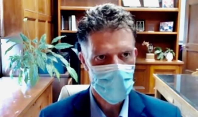 舊金山公共衛生局局長考法克斯表示,市民與家庭成員以外的人在室內見面時必須始終戴口罩。(記者會直播視頻截圖)