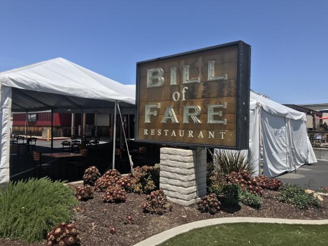 矽谷逾40年的早午餐店Bill of Fare首日開放戶外用餐,一早吸引了上百組老顧客造訪。(記者江碩涵/攝影)