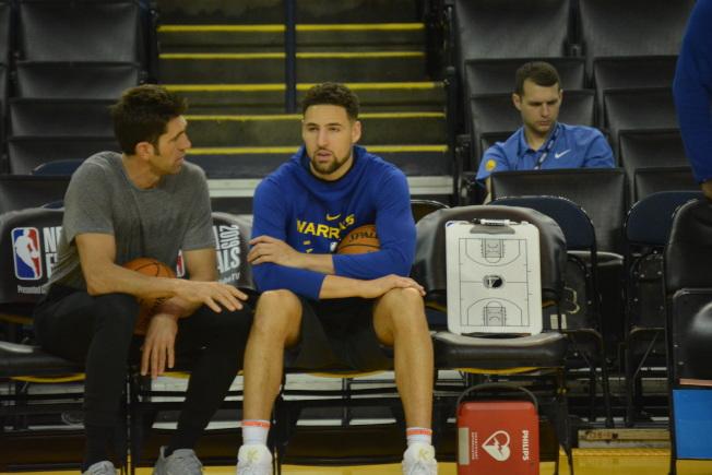 湯普森去年總冠軍賽韌帶撕裂,導致賽季報銷,是勇士本賽季戰績不佳的重要原因。圖為總經理邁爾斯(左)和湯普森(中)在訓練中聊天。(記者劉先進/攝影)