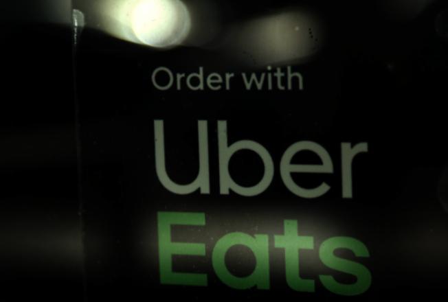 洛杉磯市長賈西提5日對此簽署地方行政法規,限制第三方送餐應用軟體App 每筆訂單送餐費用上限為15%。(美聯社)