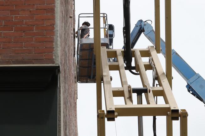 5月全美失業率13.3%,遠低於經濟學家原本預測20%左右。圖為建築業復工需要大批工人。(美聯社)