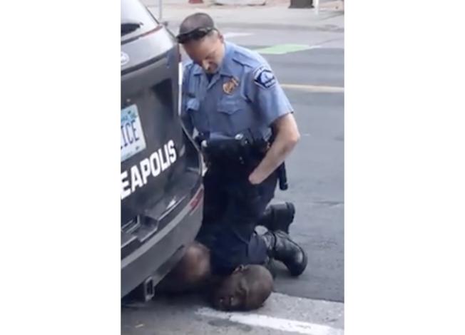 明尼亞波利斯市非裔男子佛洛伊德,遭白人警察以膝蓋壓頸致死,引發連日暴力示威。(美聯社)