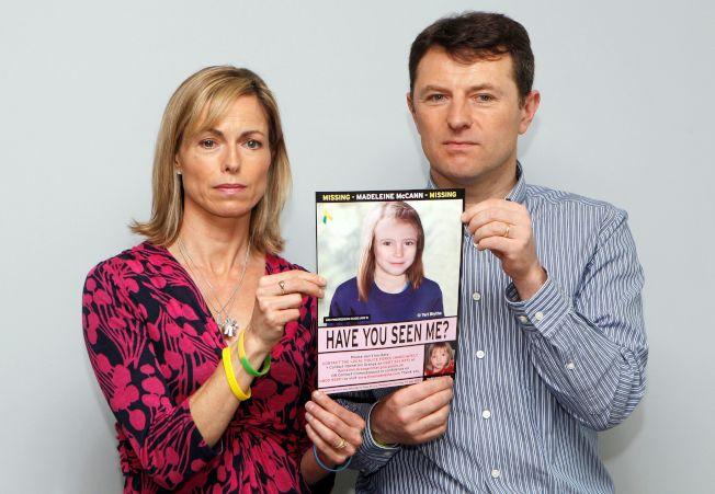 瑪德琳爸媽多次上電視懇求各界提供有關女兒的線索,圖為2012年兩人手持瑪德琳模擬長大照片。(路透資料照片)