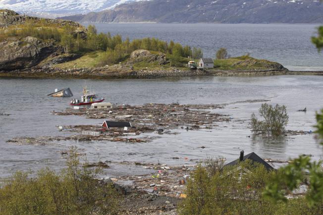 挪威北部阿爾塔市近郊海岸3日發生土地崩塌,當地居民貝克比指事發當時就覺得有點不太對勁,趕緊冒雨從木屋逃往高地,才得以拍下整個驚悚的過程。(美聯社)