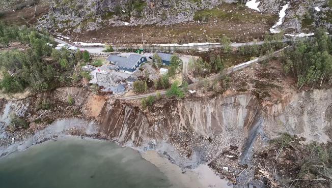 挪威北部阿爾塔市近郊海岸3日發生土地崩塌,8棟房屋跟著滑落海中,所幸無人傷亡。有關單位事後派出空拍機則拍到現場一片狼藉,還有更多土石持續滑落。(美聯社)
